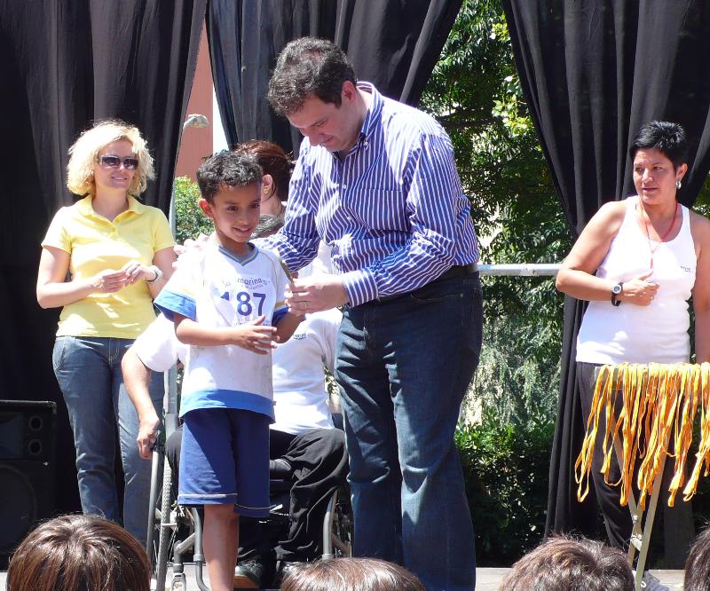 L'Adam recollint un trofeu de la cursa de la Marina del 2008 de les mans del llavors alcalde Jordi Hereu