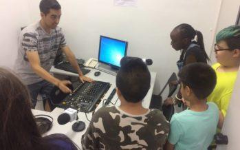 El grup LECXIT visita els estudis de La Marina FM