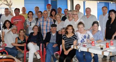 """Voluntaris del """"Dinar Solidari contra l'alzheimer"""" confraternitzen amb Pasqual Maragall."""