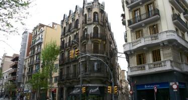 Barcelona sanciona plataformes que publiciten habitatges turístics il·legals