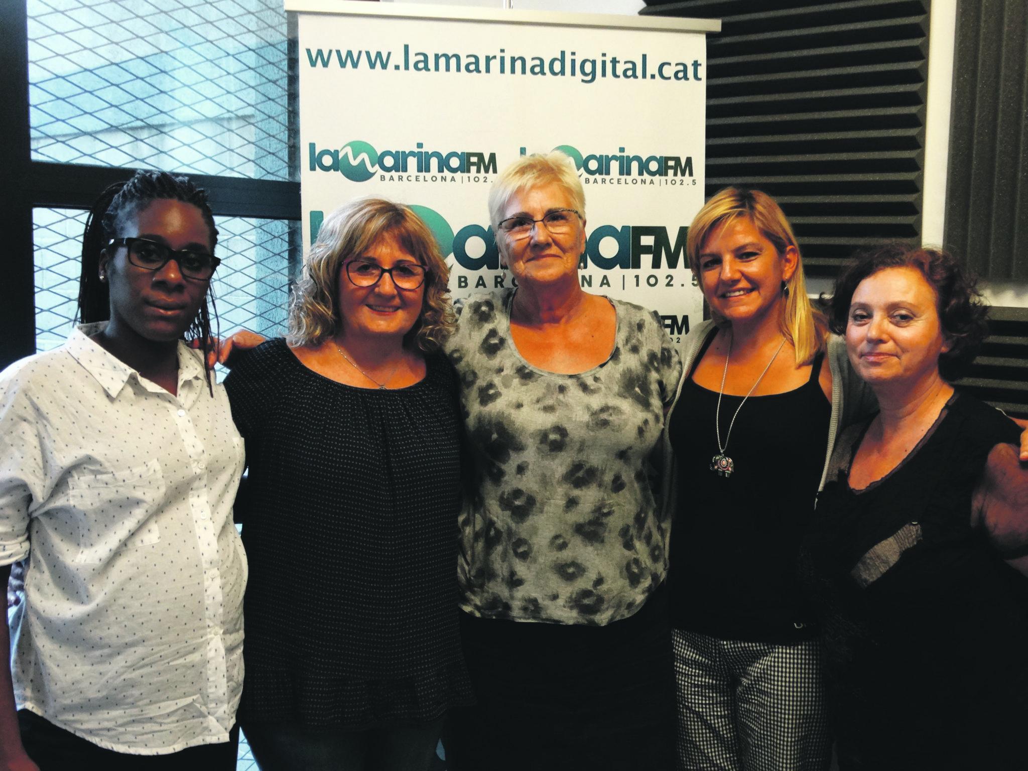 """Mari Carmen i Gaby, convidades del programa, al centre, amb Judith Raso, Rosalia Fernández i Mari Carmen, les conductores d'""""Amb veu de dona""""."""