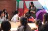 Una jove gitana comparteix la seva experiència universitària amb estudiants de l'institut Montjuïc