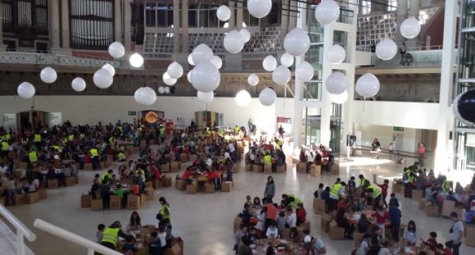 """El taller d'Arquitectura """"Construint a la Sala"""" al Museu Nacional d'Art de Catalunya cerca nens i nenes de La Marina per participar-hi"""