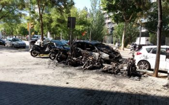Un incendi deixa nou motos i dos cotxes calcinats al carrer del Radi