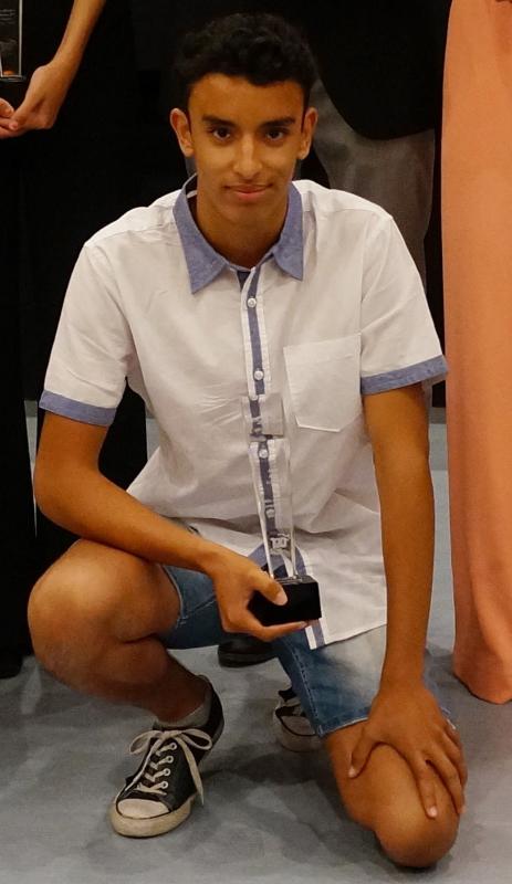 Foto de l'Adam amb el premi rebut.